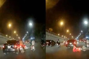 Clip: Ô tô đâm xe máy chở trẻ em rồi bỏ chạy ở Hà Nội