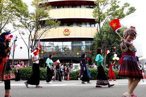 Tổng lãnh sự quán Việt Nam tại Osaka tham gia diễu hành tại Lễ hội truyền thống Matsuri