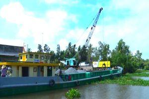 Kiên Giang: Sà lan đậu không phép chiếm lòng sông, uy hiếp an toàn phà Kênh Tắt Cây Trâm