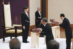 Tân vương Nhật đăng quang với 2 báu vật hoàng cung