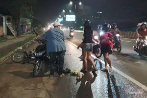 Dầu nhớt đổ tràn đường, xe máy trượt bánh cả chục người ngã nhào