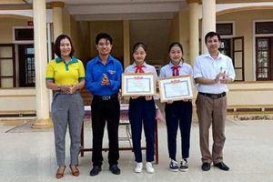 Hà Tĩnh: Khen thưởng 2 nữ sinh lớp 9 trả lại tiền cho người đánh rơi