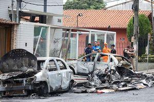 Máy bay rơi xuống đường phố rồi 'tông' 3 ôtô bốc cháy, 6 người thương vong