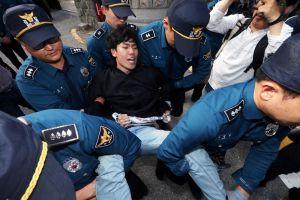 Tòa án Hàn Quốc phát lệnh bắt giữ 4 sinh viên đột nhập tư dinh Đại sứ Mỹ