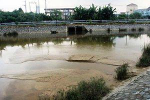 Công ty CP cấp nước Nghệ An hút bùn đổ thải ra hồ điều hòa