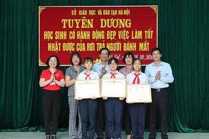 3 học sinh Hà Nội nhận danh hiệu 'người tốt việc tốt' vì trả lại 50 triệu đồng cho người mất
