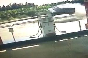Kinh hoàng giây phút ô tô chở 5 người 'bay' qua trạm xăng
