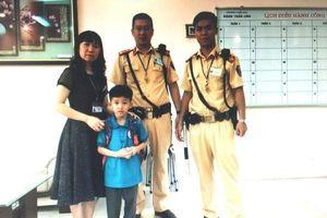 Về nhà lấy sách vở bỏ quên, cháu bé lớp 1 đi lạc được Cảnh sát giao thông đưa đến lớp