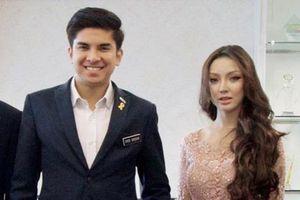 Cô gái bất ngờ nổi tiếng khi xuất hiện bên bộ trưởng trẻ nhất Malaysia