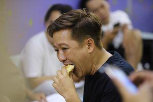 Trường Giang ăn bánh mì, Lâm Vỹ Dạ ngủ gật ở hậu trường