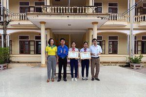 Khen thưởng 2 học sinh lớp 9 nhặt được tiền trả người đánh mất