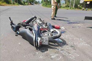 Xe máy tông vào đuôi xe tải, hai nam sinh lớp 11 thương vong