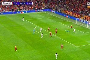 HLV Zidane bảo vệ Hazard sau pha bỏ lỡ không thể tin nổi