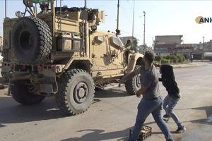 Người Kurd ném đất đá, khoai tây và chửi rủa khi quân Mỹ rút khỏi miền Bắc Syria