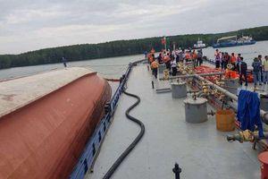 Đang khẩn trương trục vớt tàu container chìm trên sông Lòng Tàu