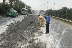 Lo không đảm bảo an toàn, CSGT xắn tay dọn bùn đất trên tuyến đường đẹp nhất thủ đô
