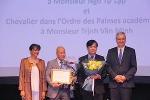 Đại sứ Pháp trao Huân chương Hiệp sĩ cho hai giảng viên Đại học Hà Nội