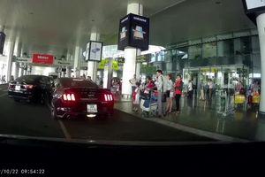Hai 'xế hộp' tiền tỉ đâm nhau tại sân bay Nội Bài