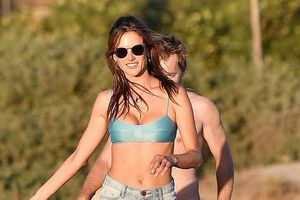 Siêu mẫu Alessandra Ambrosio 'bốc lửa' chơi bóng chuyền trên bãi biển