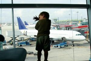 Gia đình 3 người bị đuổi khỏi máy bay vì con trai không có giày