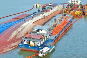 Hút được 130 tấn dầu trên tàu VietSun Integrity chìm ở Cần Giờ