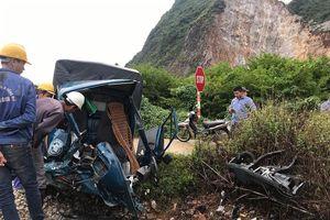 Lạng Sơn: Tông vào tầu hỏa, tài xế ô tô thoát chết trong gang tấc