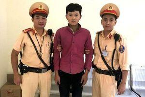 Hà Nội: Cảnh sát giao thông quật ngã thanh niên vờ mua điện thoại rồi cướp