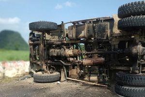 Nghệ An: Lật xe tải chở đá dăm, tài xế chết thảm trong ca bin
