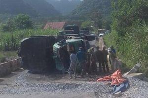 Lật xe tải chở đá dăm, tài xế chết thảm trong cabin