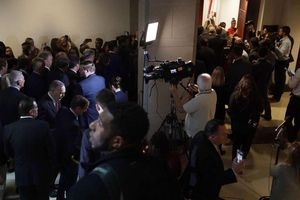 Nghị sĩ Cộng hòa xông vào phòng điều trần kín, ngăn nhân chứng cung cấp lời khai cho Hạ viện