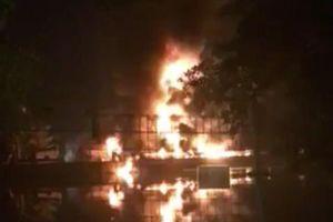 Nhà xưởng bốc cháy ngùn ngụt ở TP.HCM