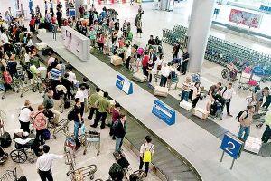 Cố tình 'cầm nhầm' túi đồ toàn…dép cũ của khách khác tại sân bay