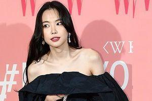 Người đẹp Hàn liên tục giữ áo vì mặc hở