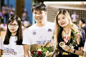 CLB Hà Nội FC vô địch, bạn gái Văn Dũng vội vã về nước chung vui