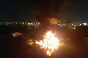 Nhà xưởng sản xuất giày cháy ngùn ngụt trong đêm