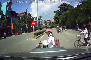 Ô tô chạy ẩu, phóng nhanh tông văng nữ sinh đi xe điện sang đường