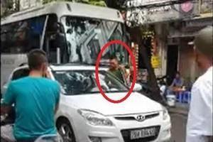 Phạt 1 triệu đồng trung úy công an đỗ xe ngang ngược giữa phố cổ Hà Nội
