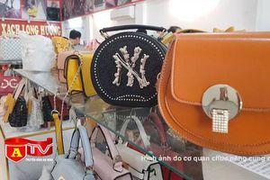 Thu giữ hơn 1.200 chiếc túi xách giả thương hiệu nổi tiếng tại Phú Xuyên