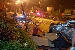 Xe khách đâm nát ô tô con, 3 người tử vong
