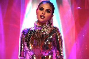 Selena Gomez diện váy sequin, nhuộm tóc bạch kim trong MV mới