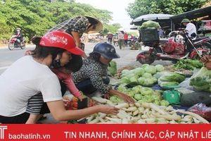 Chính quyền xã bất lực trước nạn họp chợ giữa đường ở 'làng Hàn Quốc'!