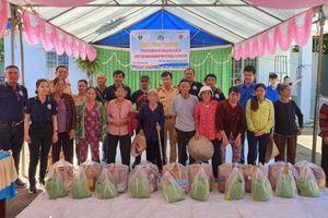 Trao tặng 20 xe đạp và 50 phần quà cho học sinh và các hộ dân nghèo