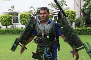Độc đáo chiếc áo giáp Iron Man với súng điều khiển từ xa của người đàn ông Ấn Độ