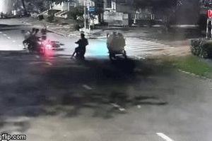 Clip: Không giật được túi xách, nhóm cướp quay lại đánh người, cướp xe máy giữa phố Sài Gòn