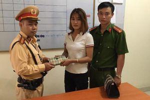 Đi trông người nhà ở bệnh viện, cô gái đánh rơi tiền được Cảnh sát giao thông giúp