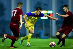 Hai cầu thủ châu Âu không cản được tiền đạo U19 Việt Nam