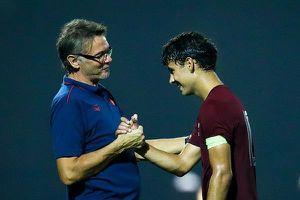 Cầu thủ Sarajevo cúi đầu, xin bắt tay HLV Philippe Troussier