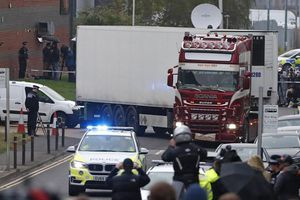 Bí ẩn hai lần dừng đỗ của chiếc xe chở 39 tử thi ở Anh