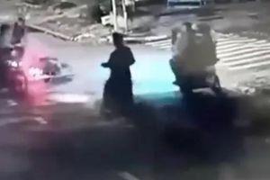 Nhóm cướp giật ngã phụ nữ, tấn công tiếp lấy xe