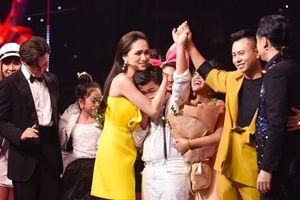 Sao Việt ngày 26/10: Thí sinh The Voice Kids từ hạnh phúc tới khóc nức nở vì sai sót của MC